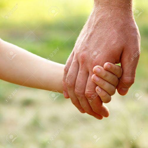 16061977-mano-del-padre-portare-il-figlio-bambino-in-estate-foresta-natura-concetto-di-famiglia-fiducia-Archivio-Fotografico